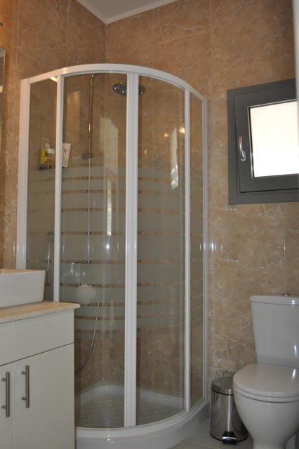 Second bedroom en-suite bathroom